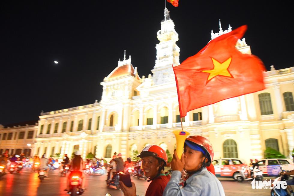 Tuyển Việt Nam thắng, cháu chở ngoại đi bão tại Sài Gòn - Ảnh 5.