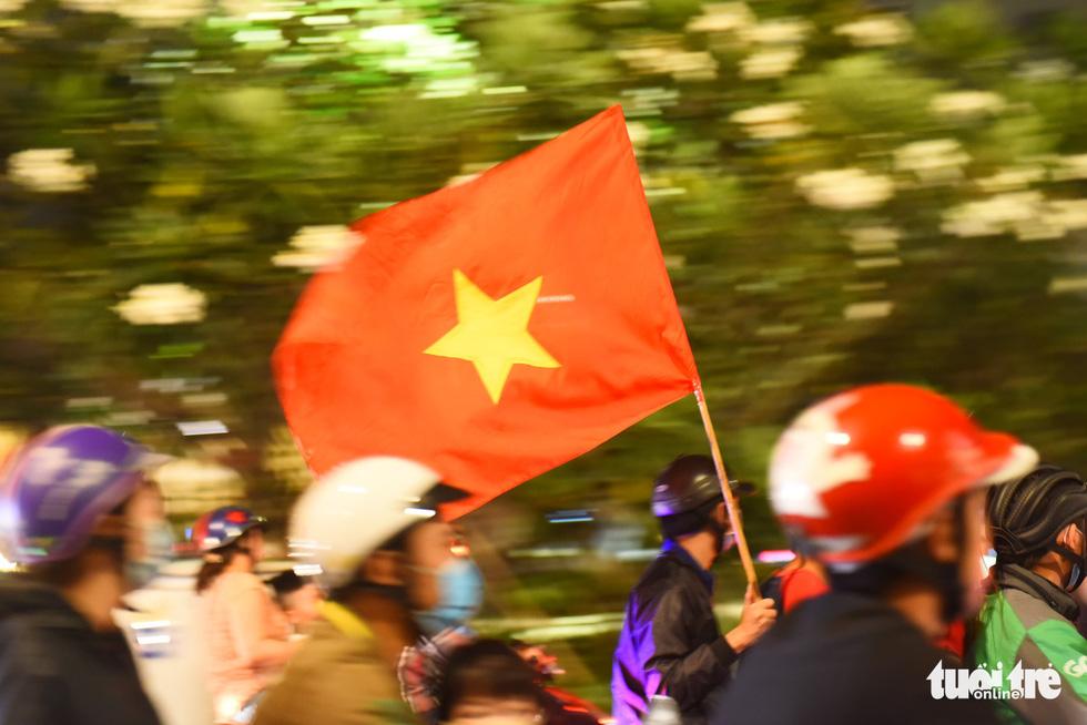 Tuyển Việt Nam thắng, cháu chở ngoại đi bão tại Sài Gòn - Ảnh 6.