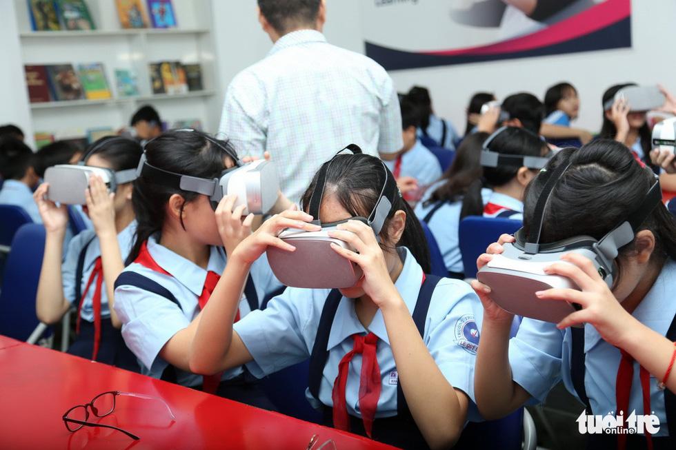 Học sinh học cách thoát hiểm trong phòng thực tế ảo - Ảnh 4.