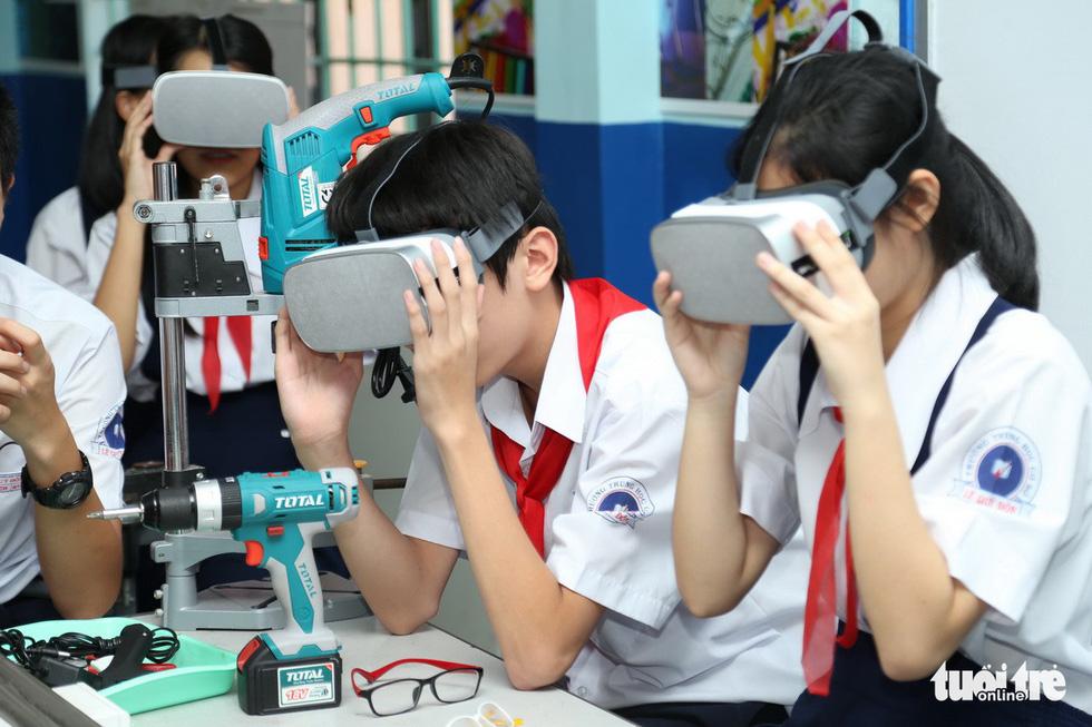 Học sinh học cách thoát hiểm trong phòng thực tế ảo - Ảnh 5.