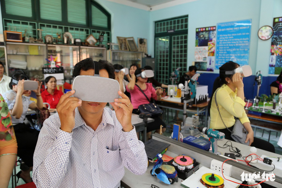 Học sinh học cách thoát hiểm trong phòng thực tế ảo - Ảnh 11.
