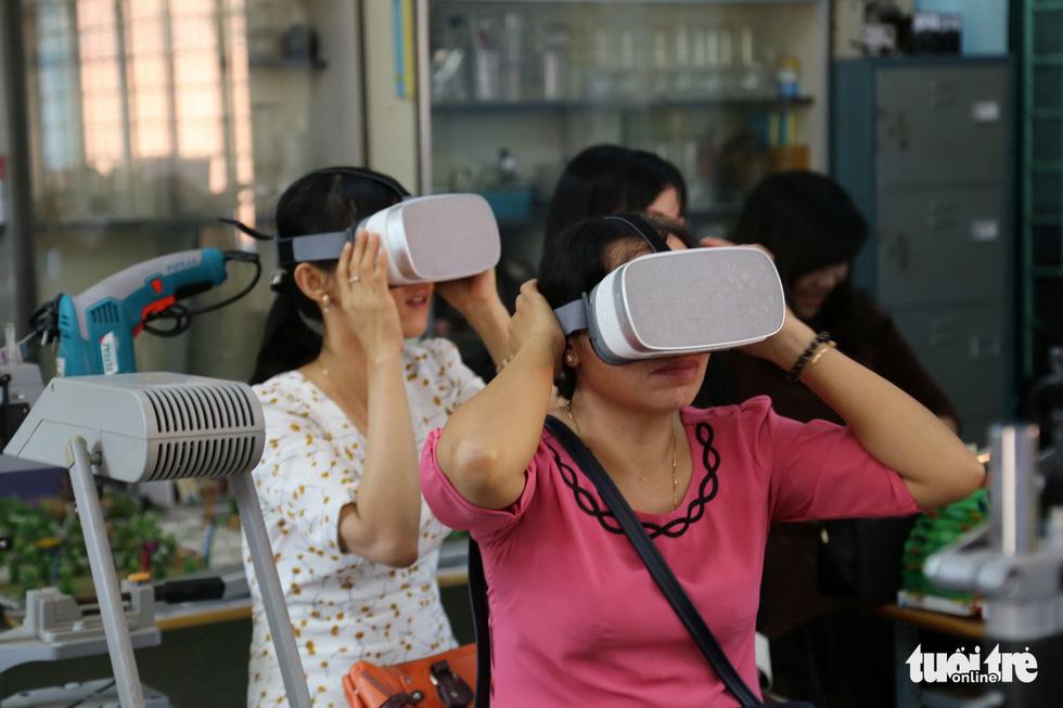Học sinh học cách thoát hiểm trong phòng thực tế ảo - Ảnh 12.