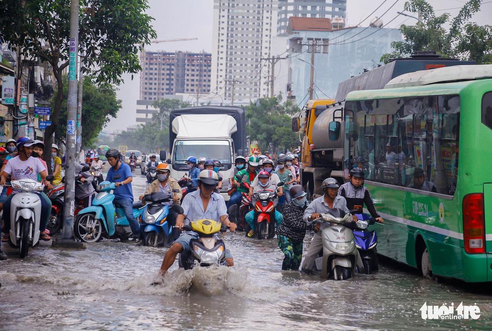 Khốn khổ vì bụi bặm, bẫy ổ gà trên đường Huỳnh Tấn Phát - Ảnh 13.