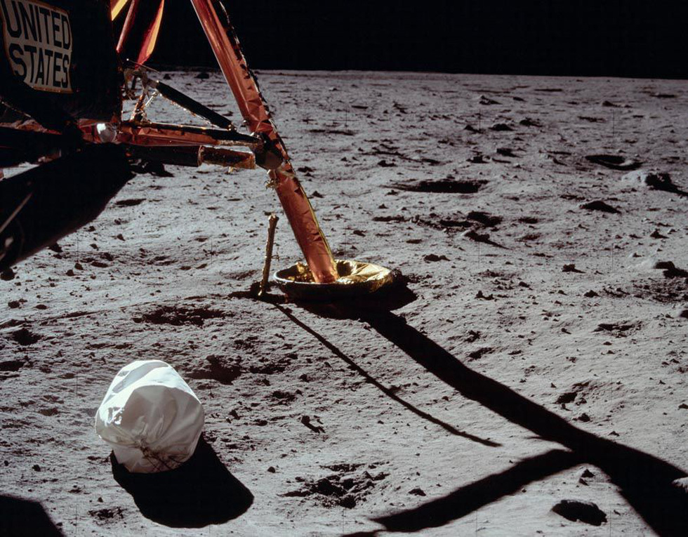 Neil Armstrong vứt phân trên mặt trăng và những chuyện chưa kể - Ảnh 4.
