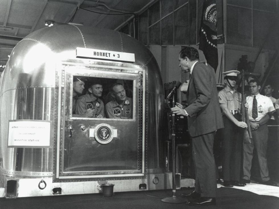 Neil Armstrong vứt phân trên mặt trăng và những chuyện chưa kể - Ảnh 10.