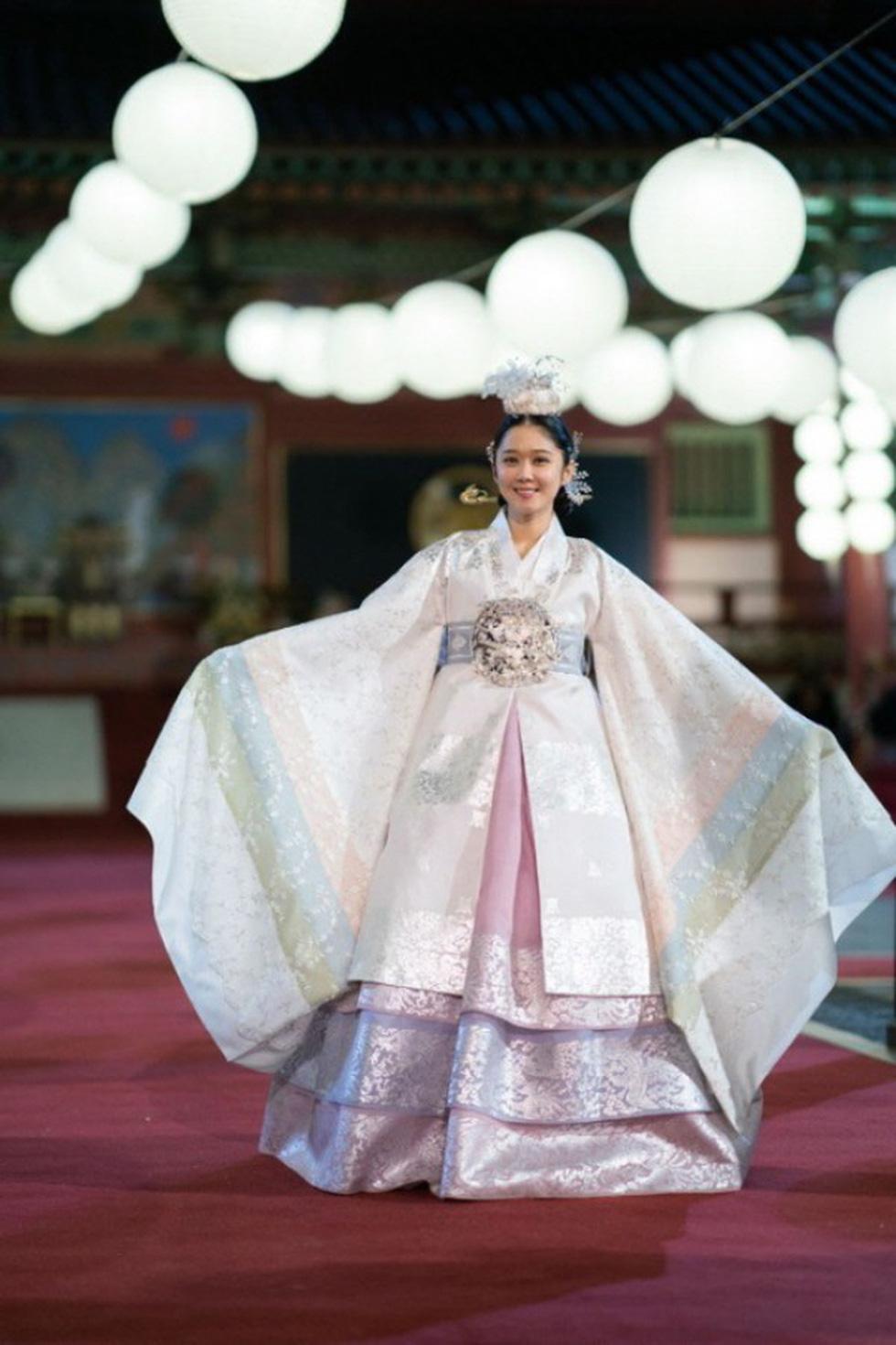 Jang Na Ra đẹp như gái 20 vào vai hoàng hậu - Ảnh 9.