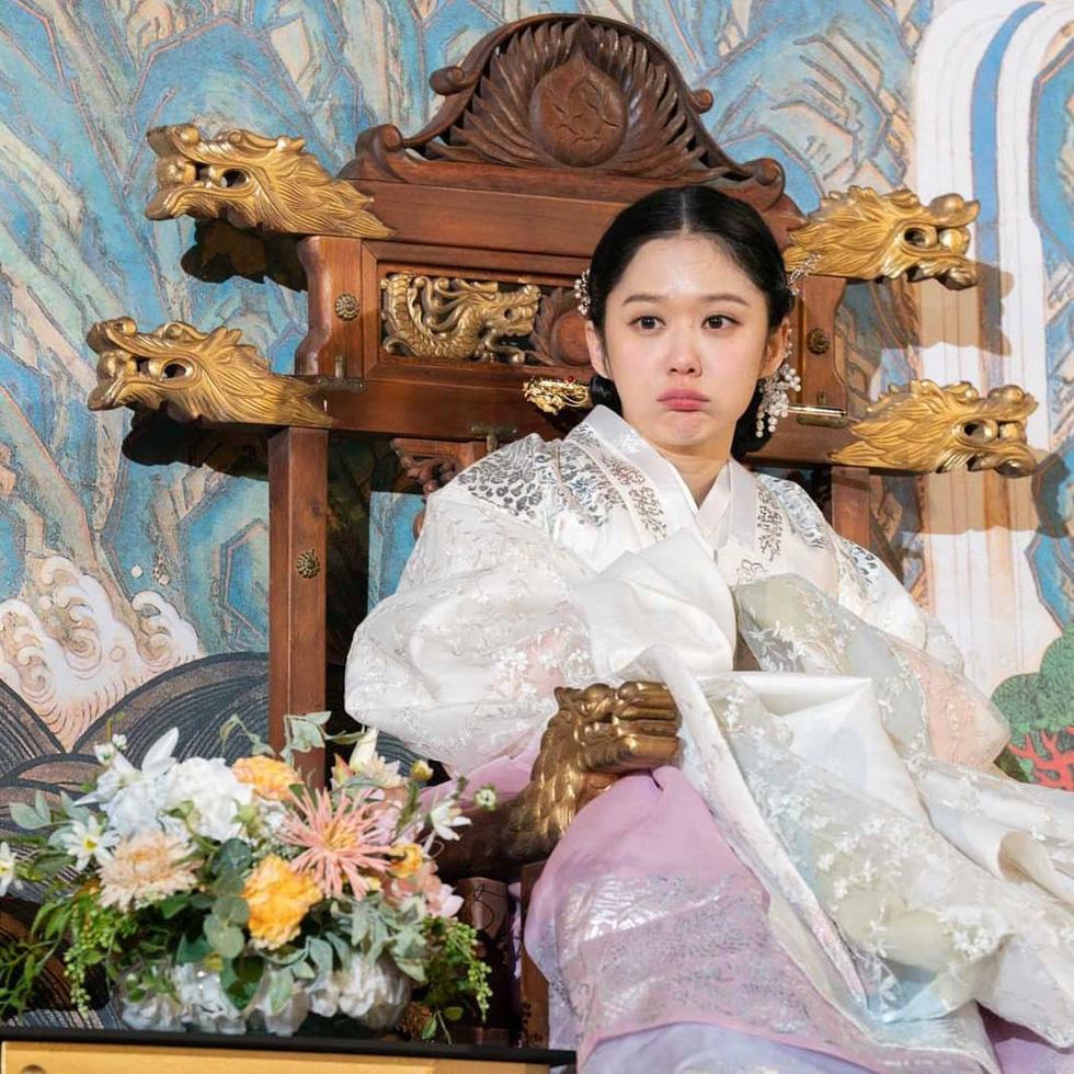 Jang Na Ra đẹp như gái 20 vào vai hoàng hậu - Ảnh 10.