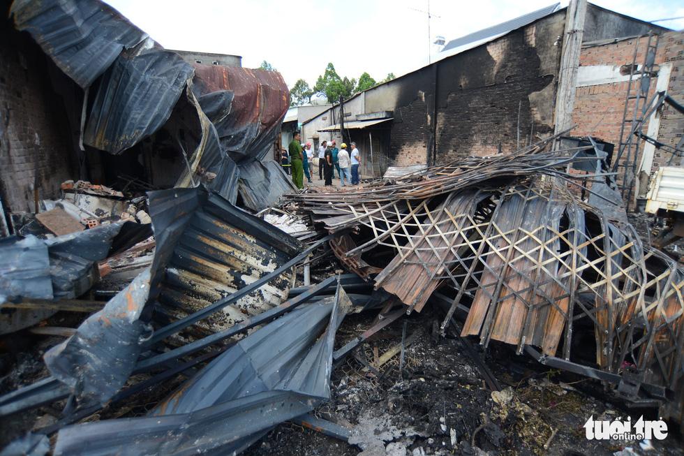 Cận cảnh hiện trường vụ cháy xe bồn chở xăng, 6 người chết - Ảnh 4.