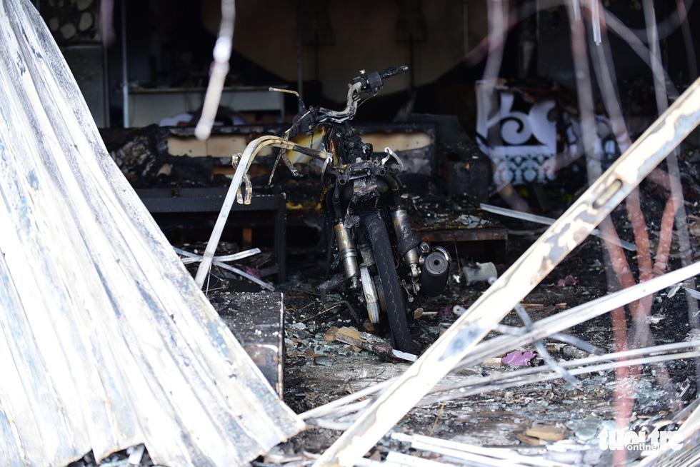 Cận cảnh hiện trường vụ cháy xe bồn chở xăng, 6 người chết - Ảnh 11.