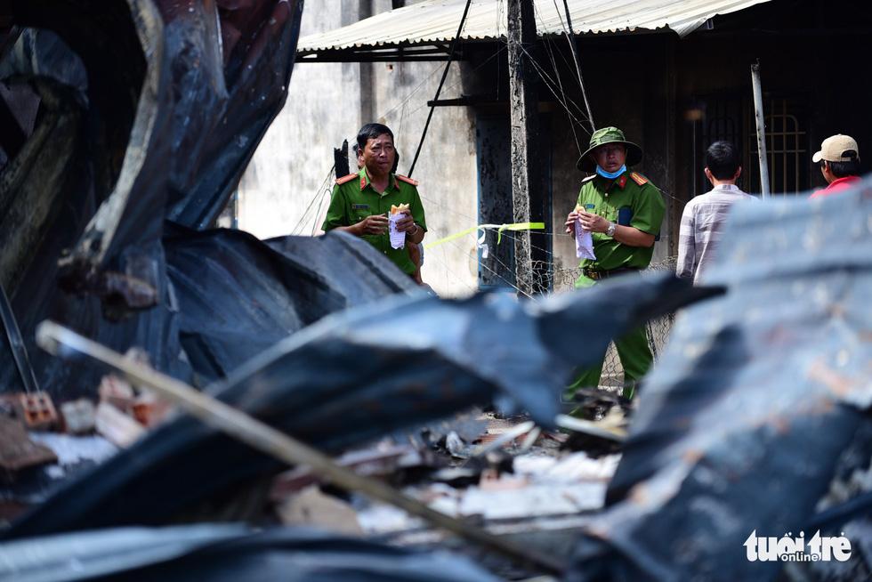 Cận cảnh hiện trường vụ cháy xe bồn chở xăng, 6 người chết - Ảnh 9.