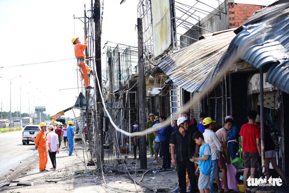 Cận cảnh hiện trường vụ cháy xe bồn chở xăng, 6 người chết - Ảnh 8.