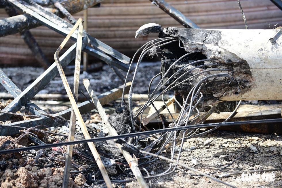 Cận cảnh hiện trường vụ cháy xe bồn chở xăng, 6 người chết - Ảnh 6.