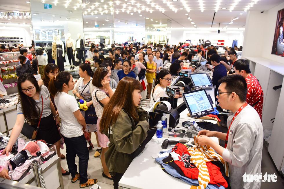 Người Sài Gòn xếp hàng mua đồ trong ngày Black Friday - Ảnh 1.
