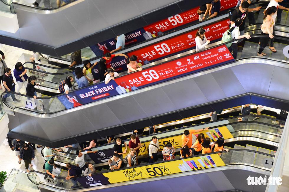 Người Sài Gòn xếp hàng mua đồ trong ngày Black Friday - Ảnh 2.