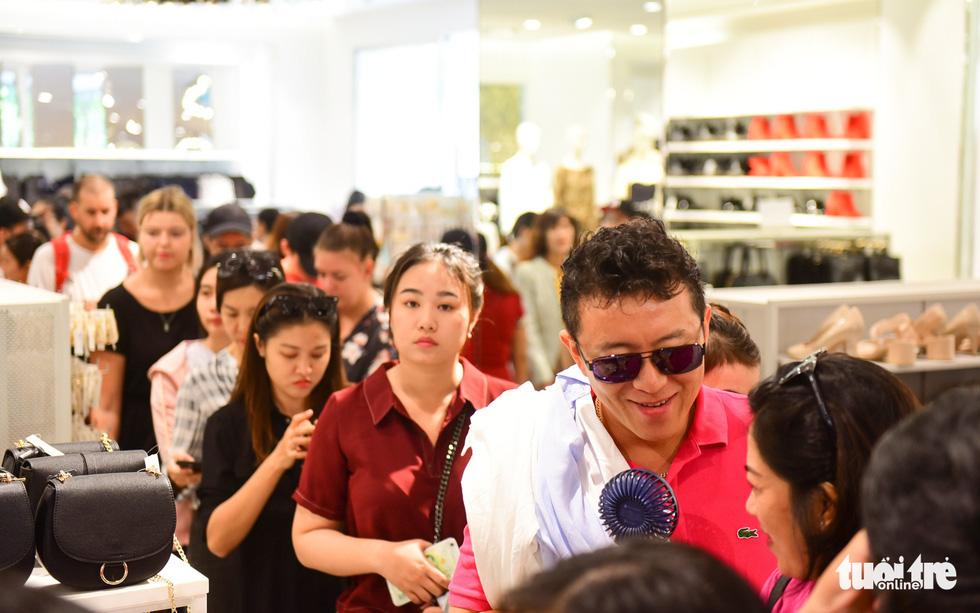 Người Sài Gòn xếp hàng mua đồ trong ngày Black Friday - Ảnh 6.