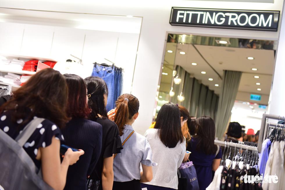 Người Sài Gòn xếp hàng mua đồ trong ngày Black Friday - Ảnh 5.