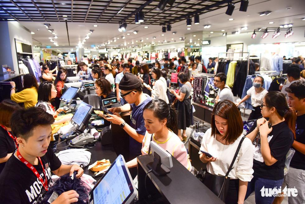 Người Sài Gòn xếp hàng mua đồ trong ngày Black Friday - Ảnh 7.