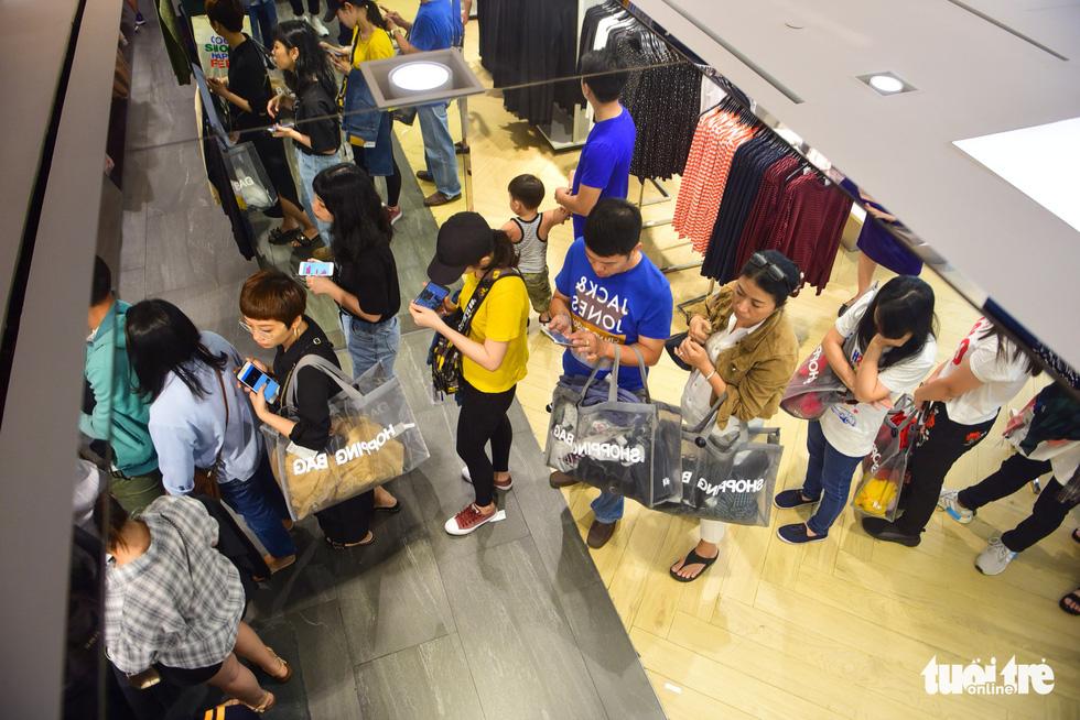 Người Sài Gòn xếp hàng mua đồ trong ngày Black Friday - Ảnh 10.