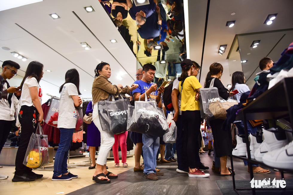 Người Sài Gòn xếp hàng mua đồ trong ngày Black Friday - Ảnh 11.