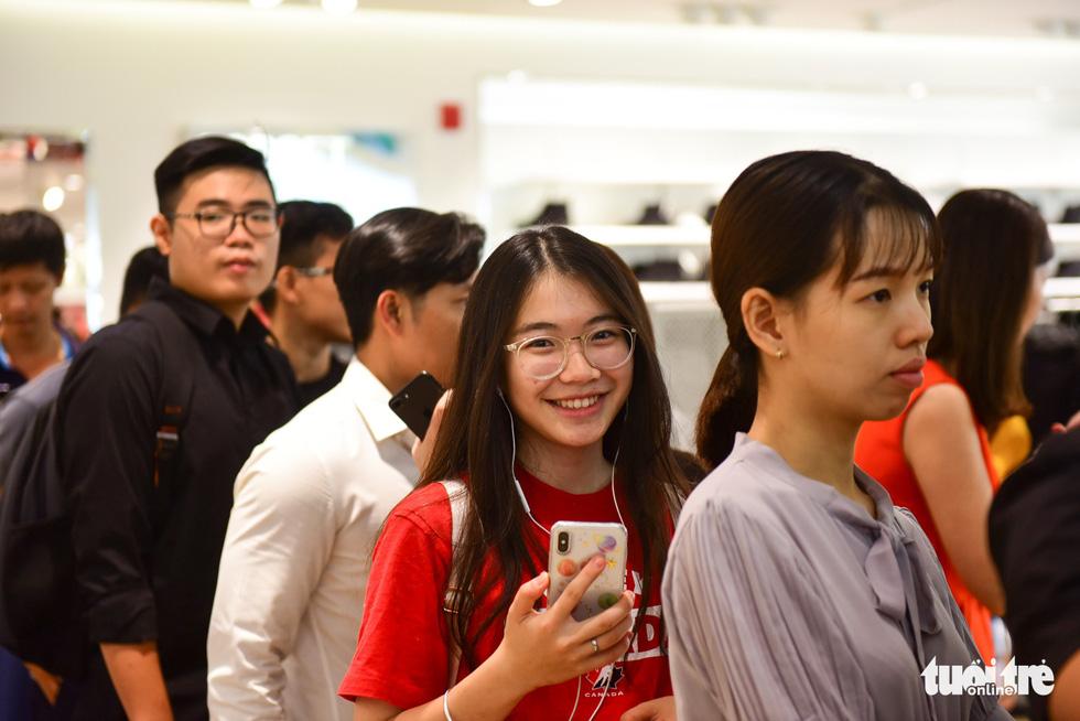 Người Sài Gòn xếp hàng mua đồ trong ngày Black Friday - Ảnh 9.