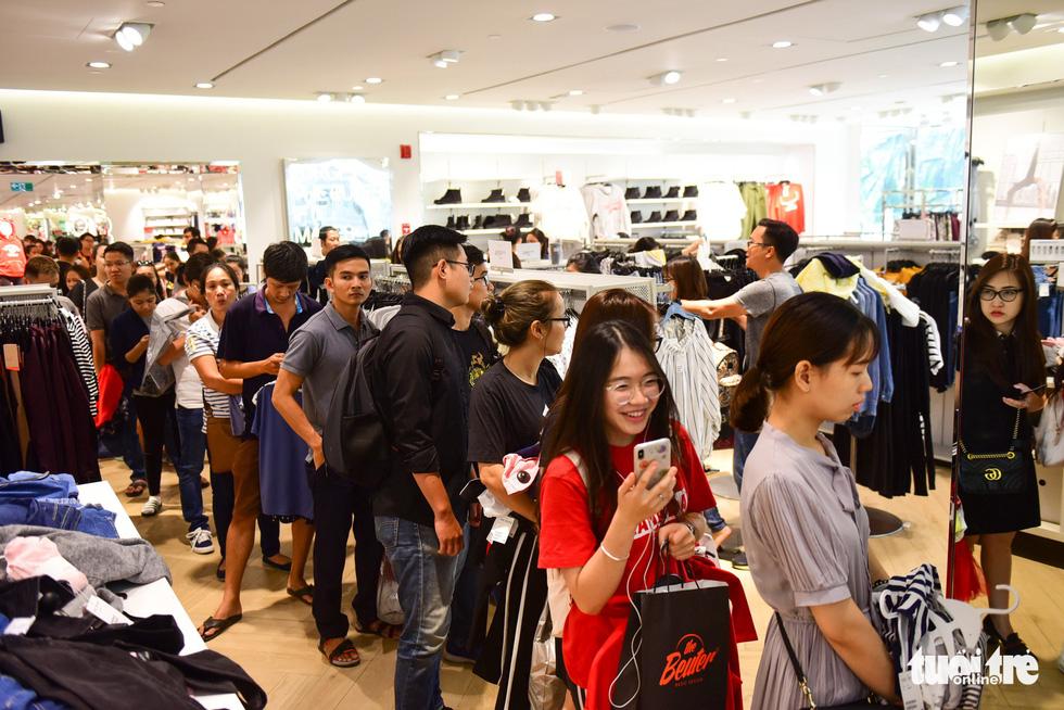 Người Sài Gòn xếp hàng mua đồ trong ngày Black Friday - Ảnh 12.