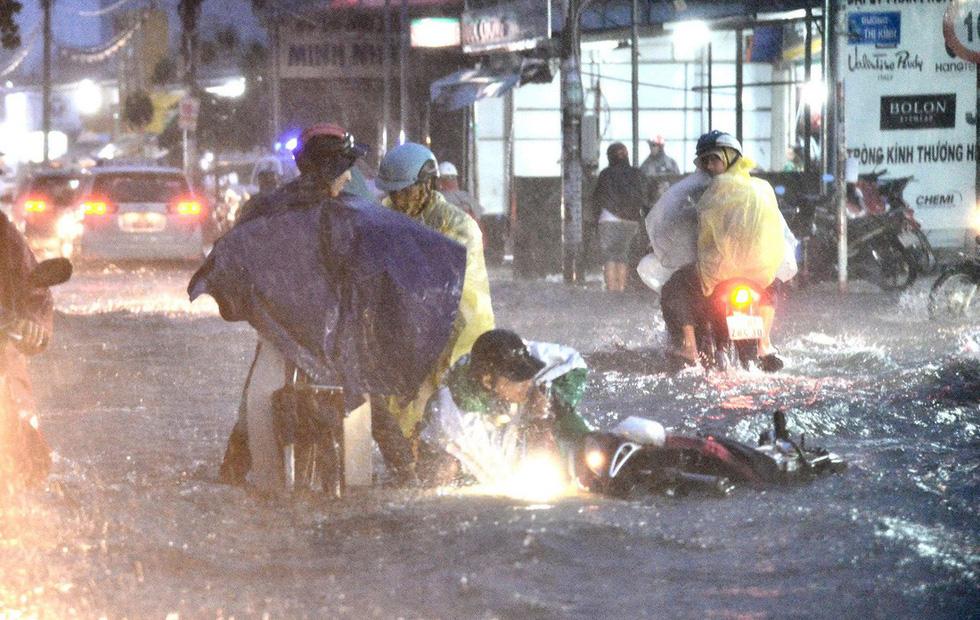 Những hình ảnh Sài Gòn mênh mông biển nước - Ảnh 6.