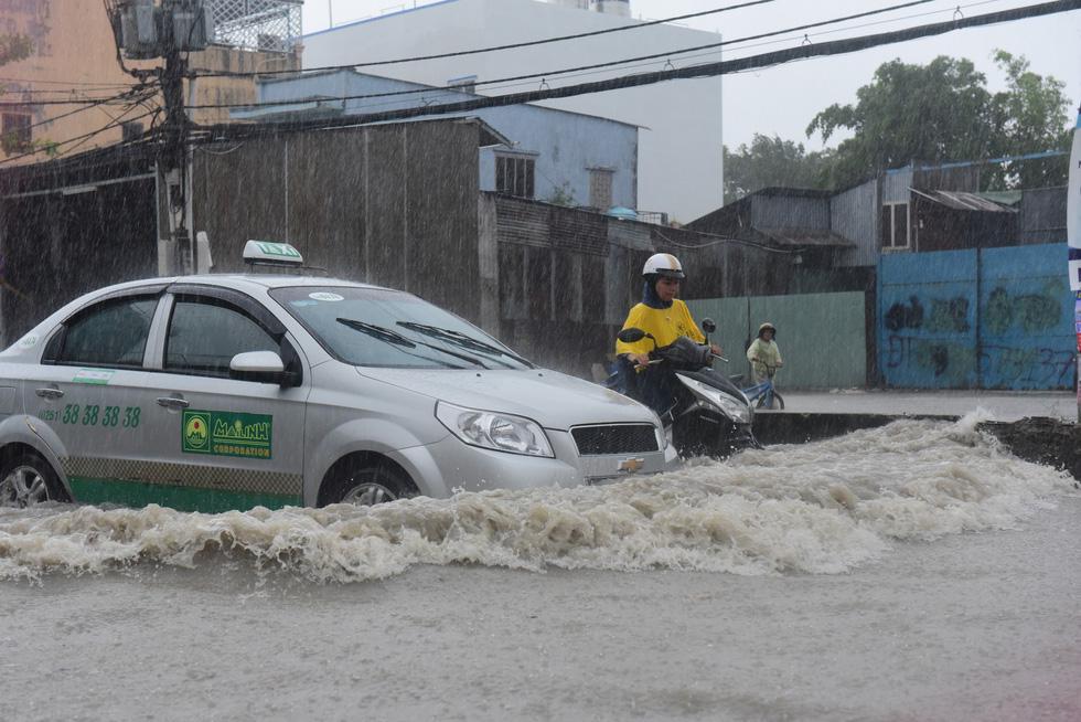 Những hình ảnh Sài Gòn mênh mông biển nước - Ảnh 8.