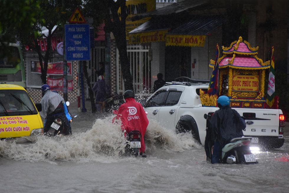 Những hình ảnh Sài Gòn mênh mông biển nước - Ảnh 9.