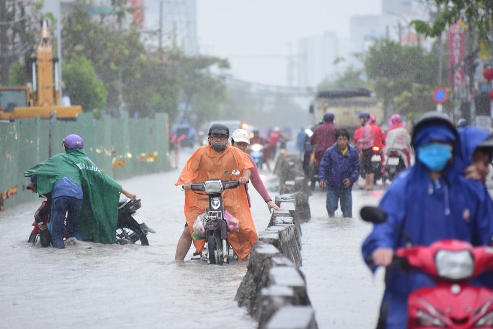 Những hình ảnh Sài Gòn mênh mông biển nước - Ảnh 12.
