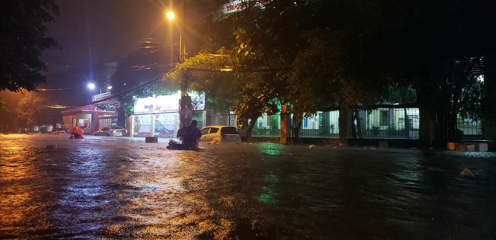 Những hình ảnh Sài Gòn mênh mông biển nước - Ảnh 20.