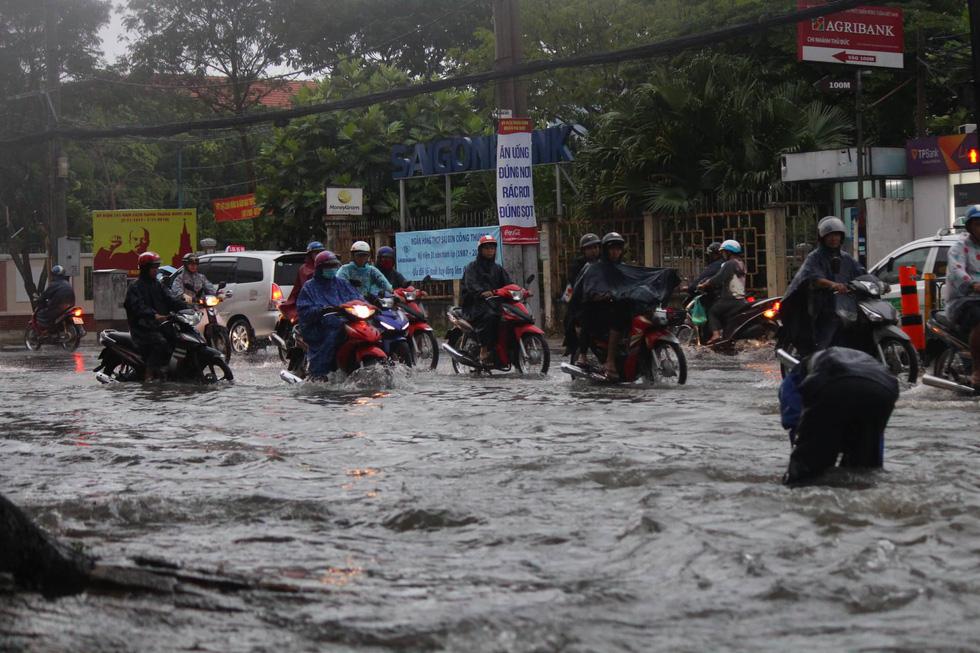 Những hình ảnh Sài Gòn mênh mông biển nước - Ảnh 4.
