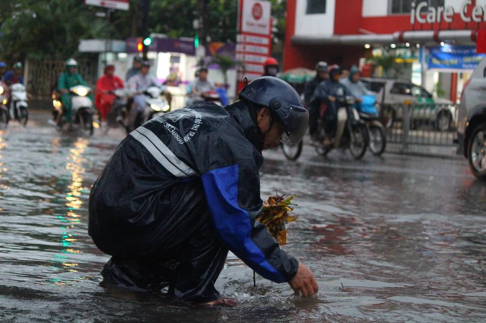 Những hình ảnh Sài Gòn mênh mông biển nước - Ảnh 5.