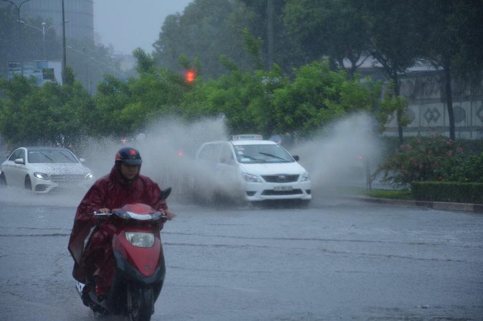 Những hình ảnh Sài Gòn mênh mông biển nước - Ảnh 3.