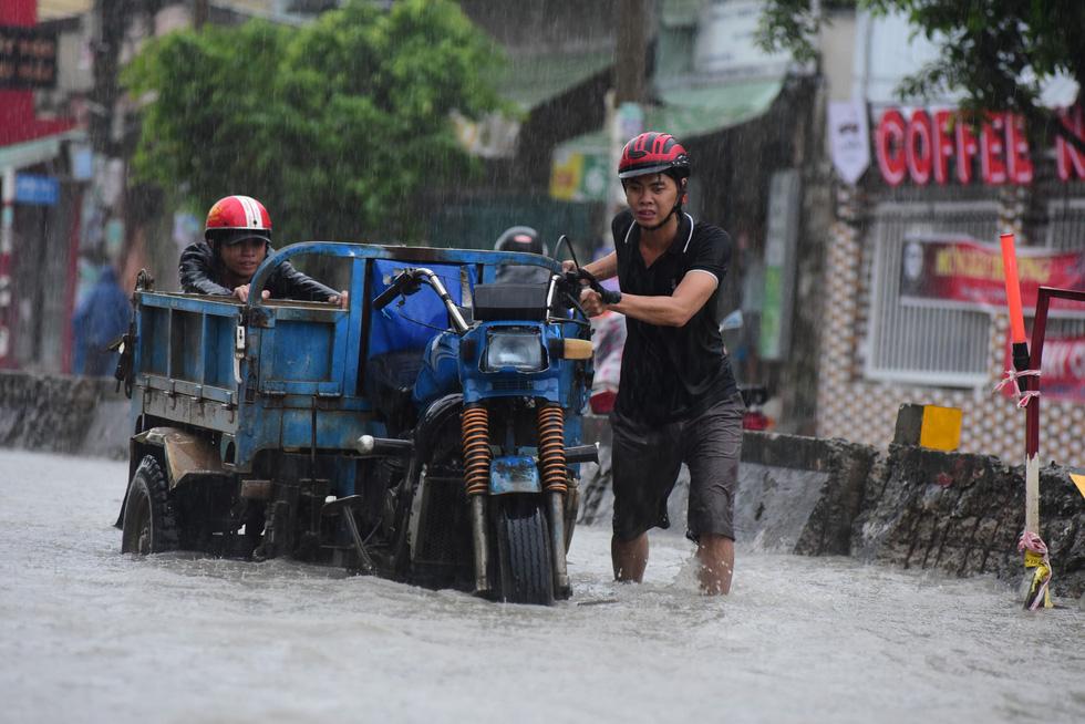 Những hình ảnh Sài Gòn mênh mông biển nước - Ảnh 13.