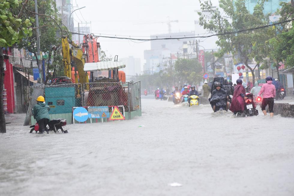 Những hình ảnh Sài Gòn mênh mông biển nước - Ảnh 14.