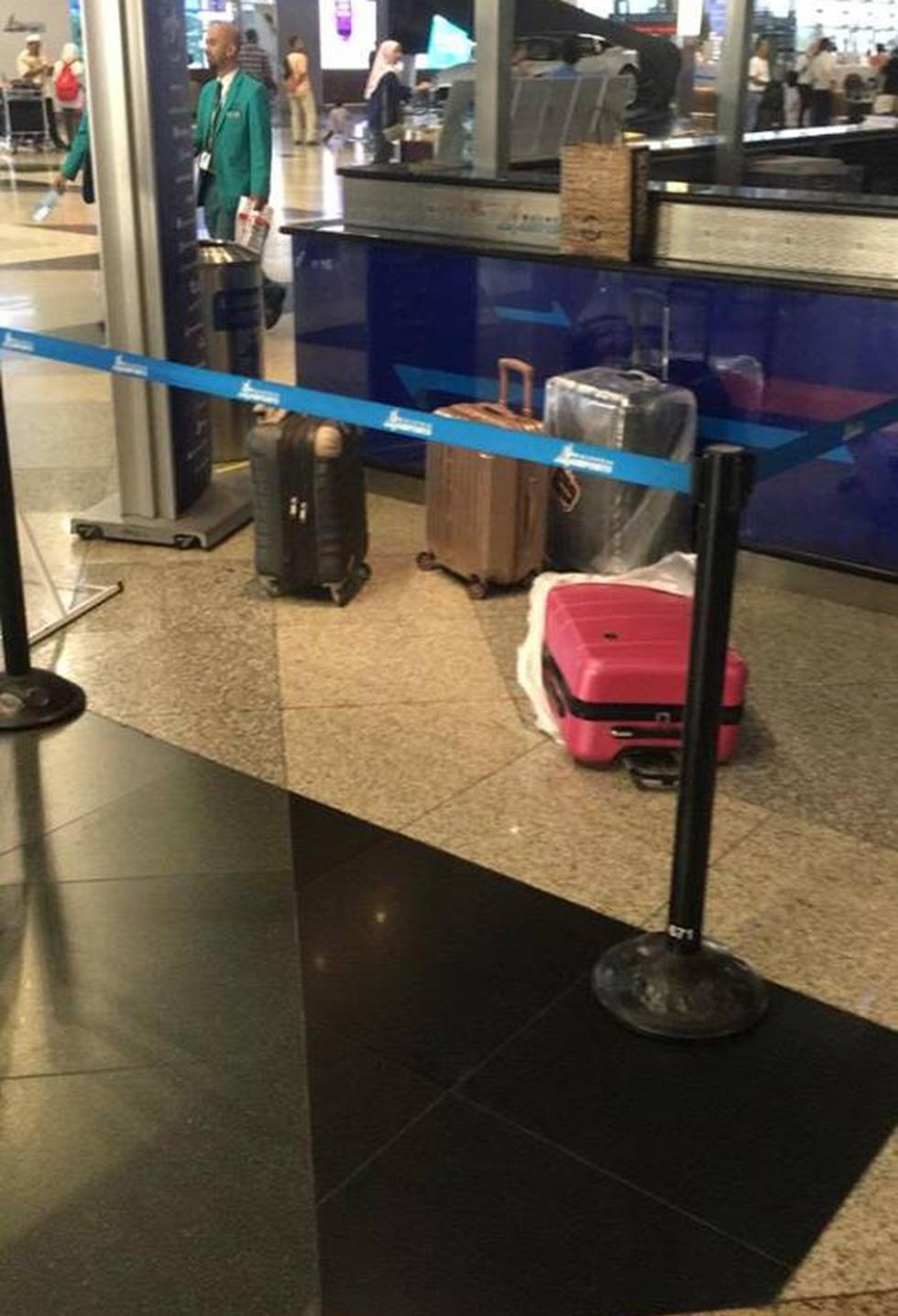 Hành lý cùa 2 nữ hành khách ở sân bay được tạm tách riêng. (Ảnh: Internet)