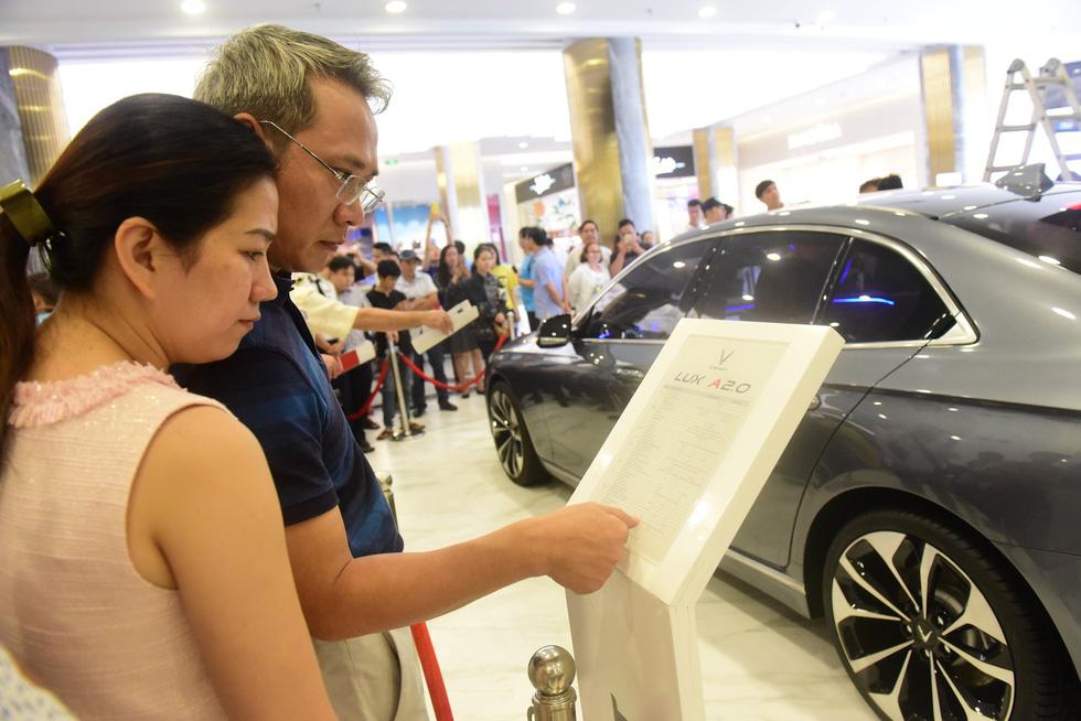Hàng ngàn khách vây kín xem xe VinFast ở Sài Gòn - Ảnh 6.