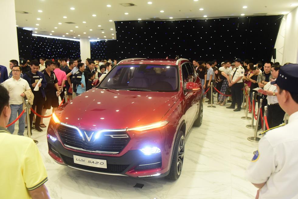 Hàng ngàn khách vây kín xem xe VinFast ở Sài Gòn - Ảnh 4.
