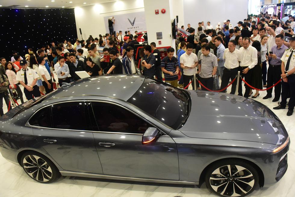 Hàng ngàn khách vây kín xem xe VinFast ở Sài Gòn - Ảnh 1.