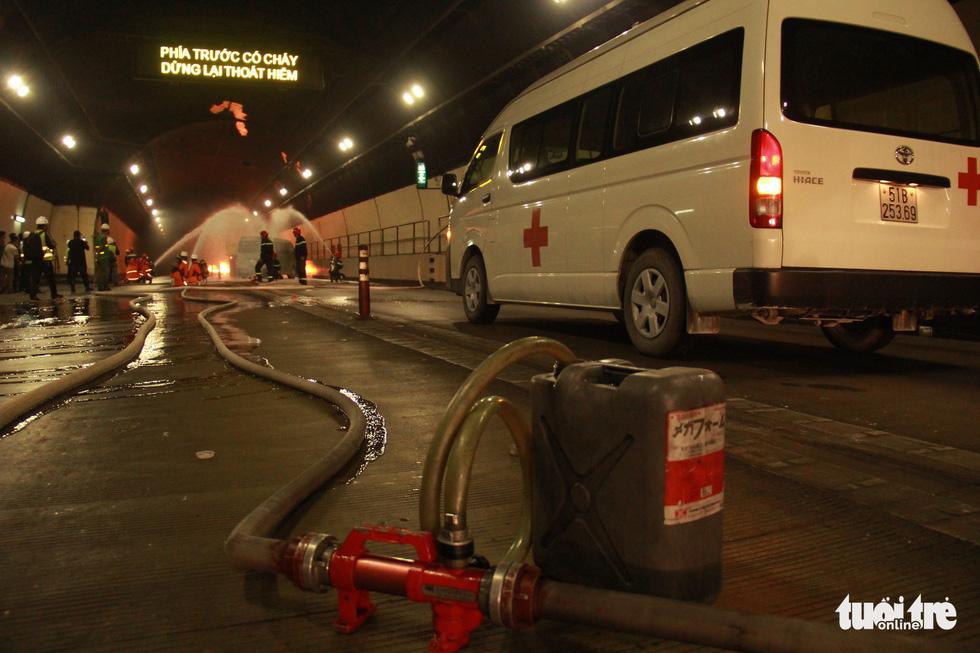 Diễn tập chữa cháy, cứu người trong điều kiện thi công hầm Hải Vân - Ảnh 9.