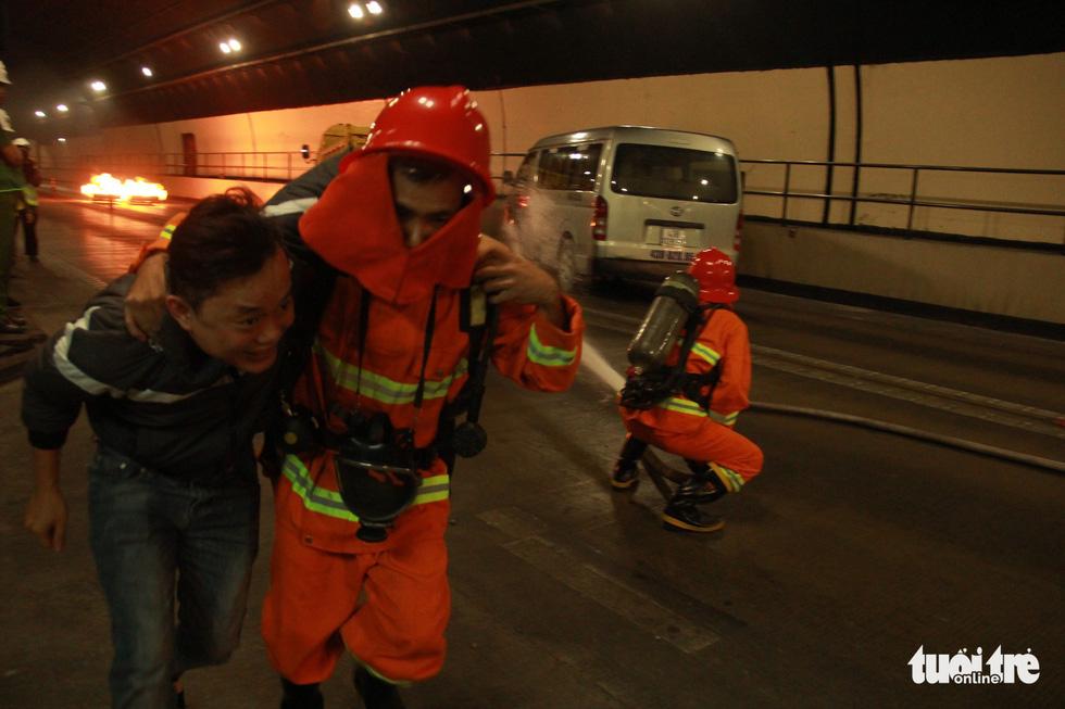 Diễn tập chữa cháy, cứu người trong điều kiện thi công hầm Hải Vân - Ảnh 4.