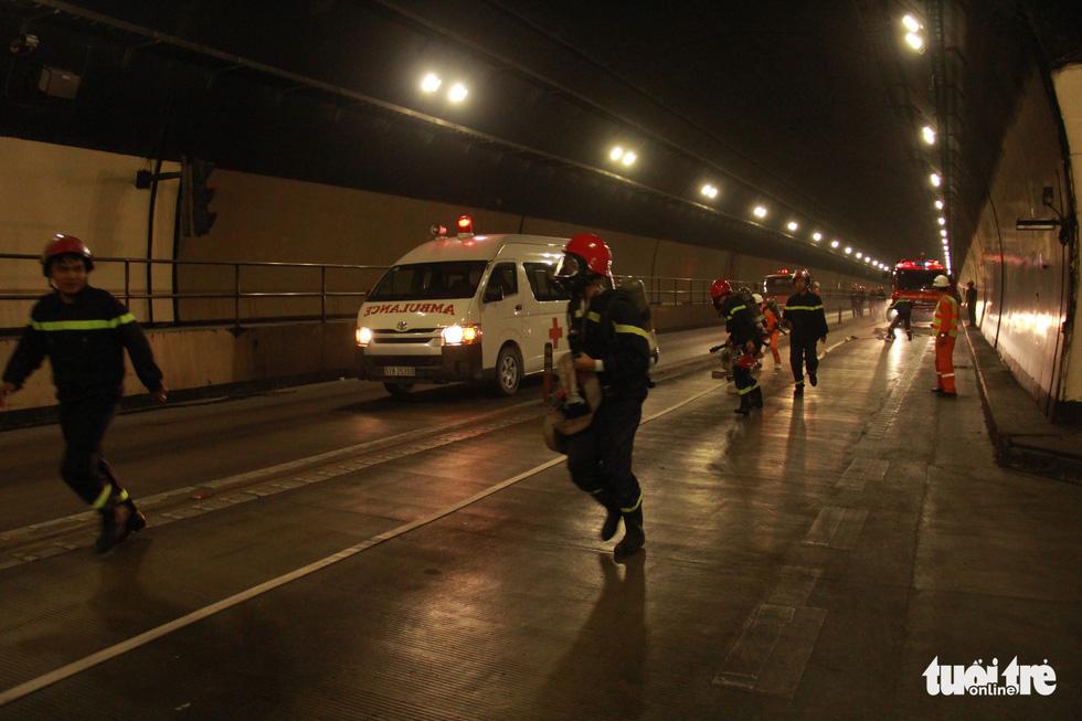 Diễn tập chữa cháy, cứu người trong điều kiện thi công hầm Hải Vân - Ảnh 7.