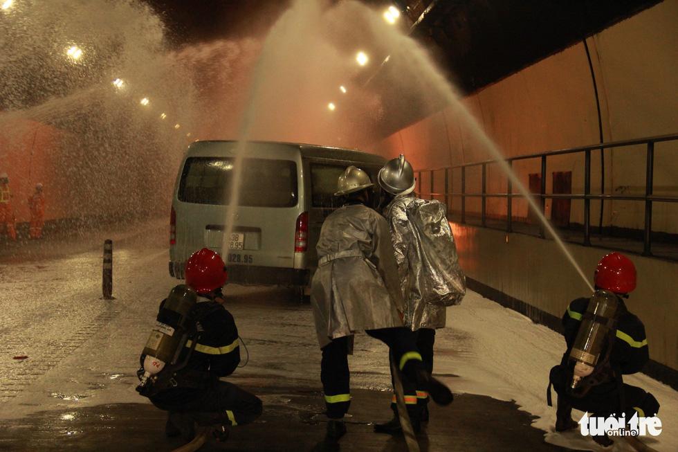 Diễn tập chữa cháy, cứu người trong điều kiện thi công hầm Hải Vân - Ảnh 1.