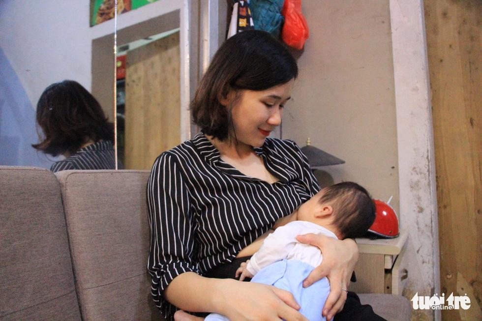 Cứu sống thai nhi: Mẹ sẻ đôi bầu sữa nuôi em bé bị bỏ rơi - Ảnh 2.