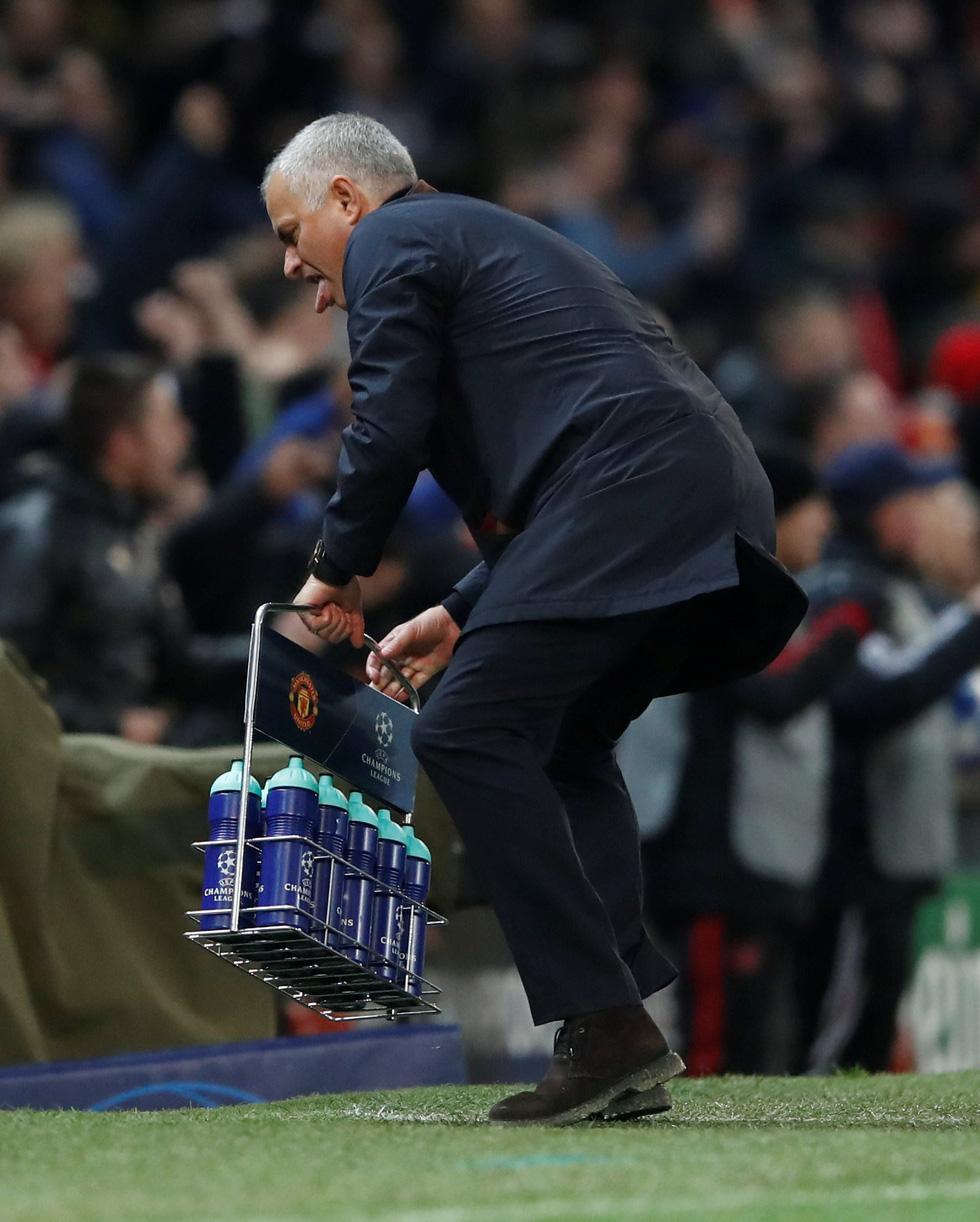 HLV Mourinho ăn mừng như 'điên' sau bàn thắng của Fellaini - Ảnh 4.