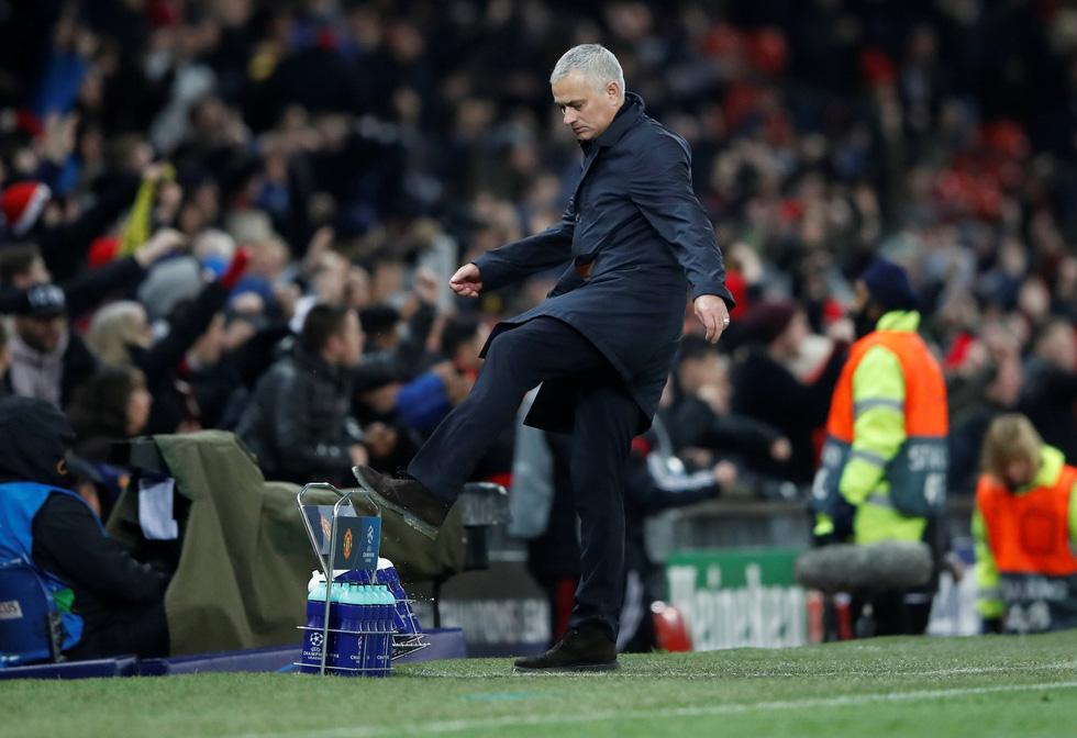 HLV Mourinho ăn mừng như 'điên' sau bàn thắng của Fellaini - Ảnh 3.