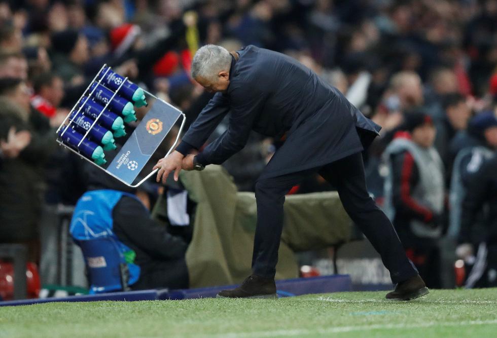 HLV Mourinho ăn mừng như 'điên' sau bàn thắng của Fellaini - Ảnh 6.