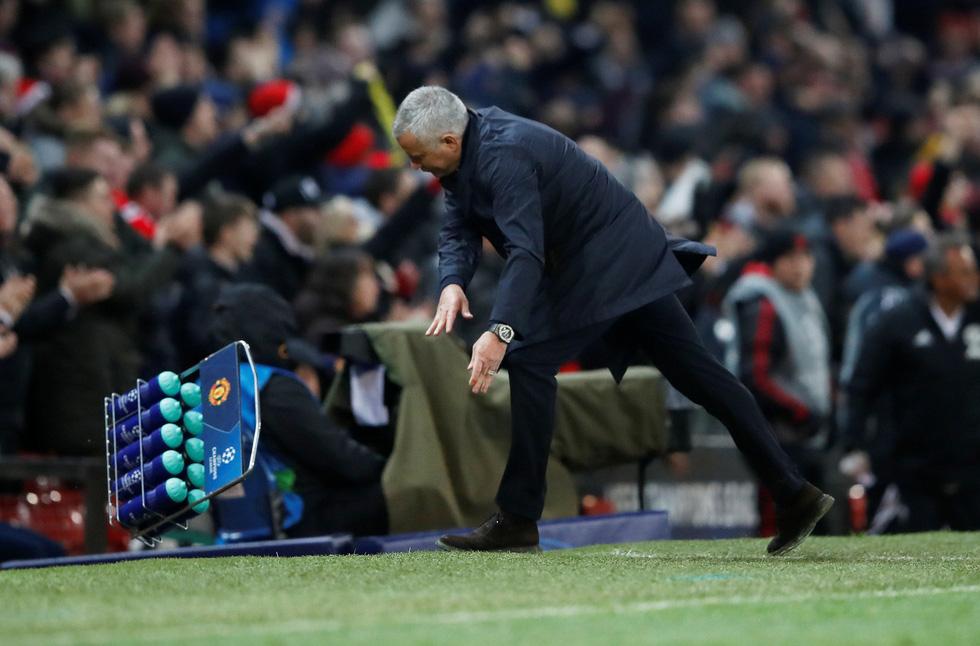 HLV Mourinho ăn mừng như 'điên' sau bàn thắng của Fellaini - Ảnh 7.
