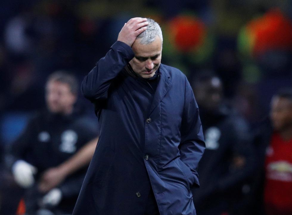 HLV Mourinho ăn mừng như 'điên' sau bàn thắng của Fellaini - Ảnh 2.