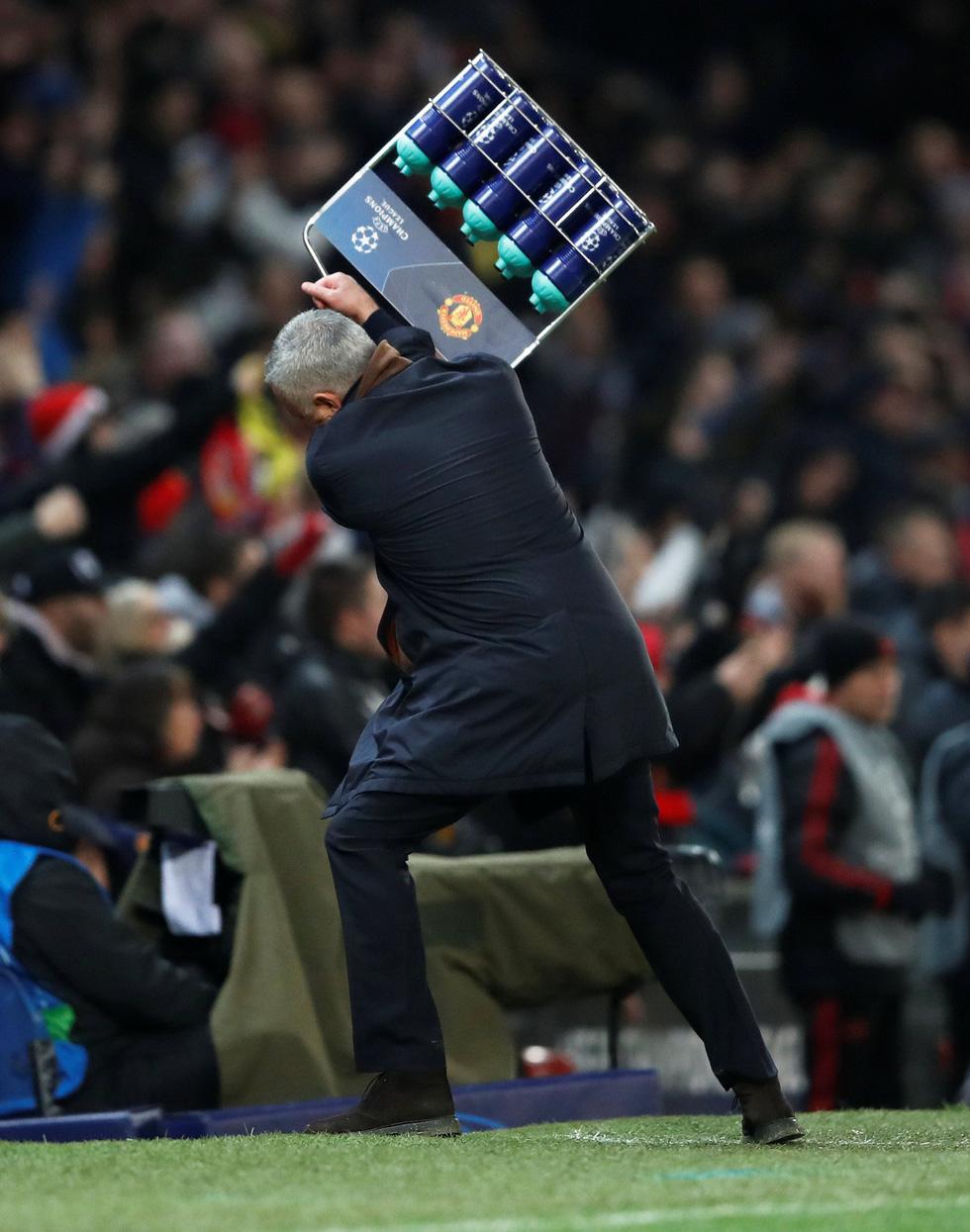 HLV Mourinho ăn mừng như 'điên' sau bàn thắng của Fellaini - Ảnh 5.
